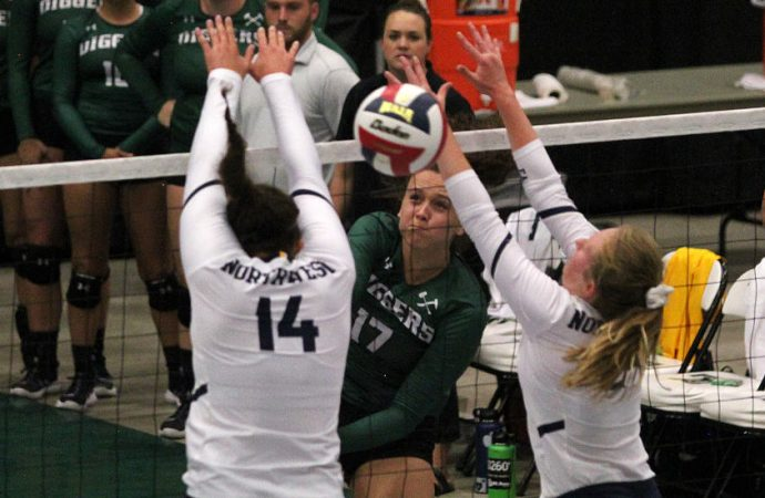 Orediggers open tourney with five-set victory